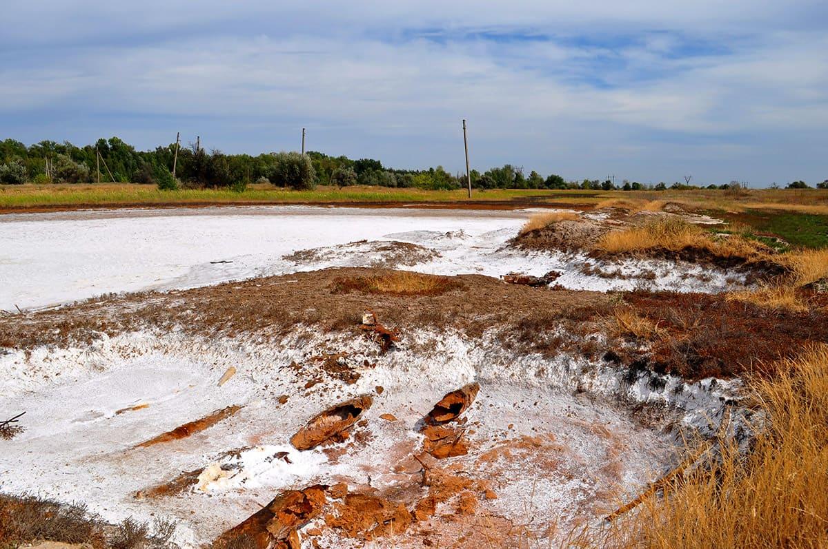 Селище Райгородк. Озерця, береги яких вкриває сіль